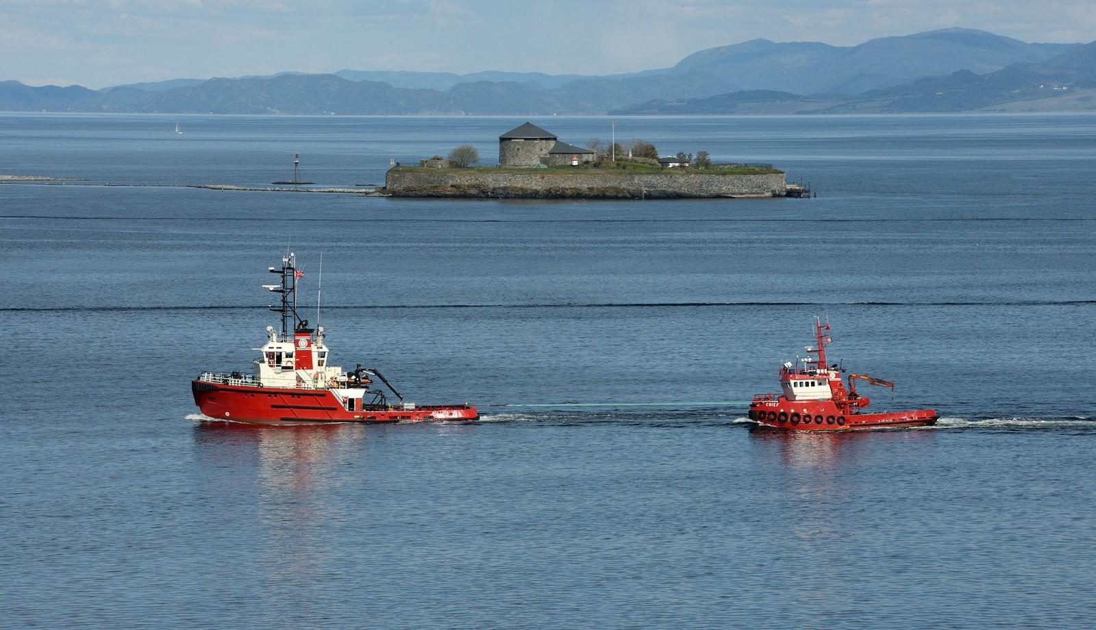 Slepebåtene Boa Loke og T B Chief ved Munkholmen