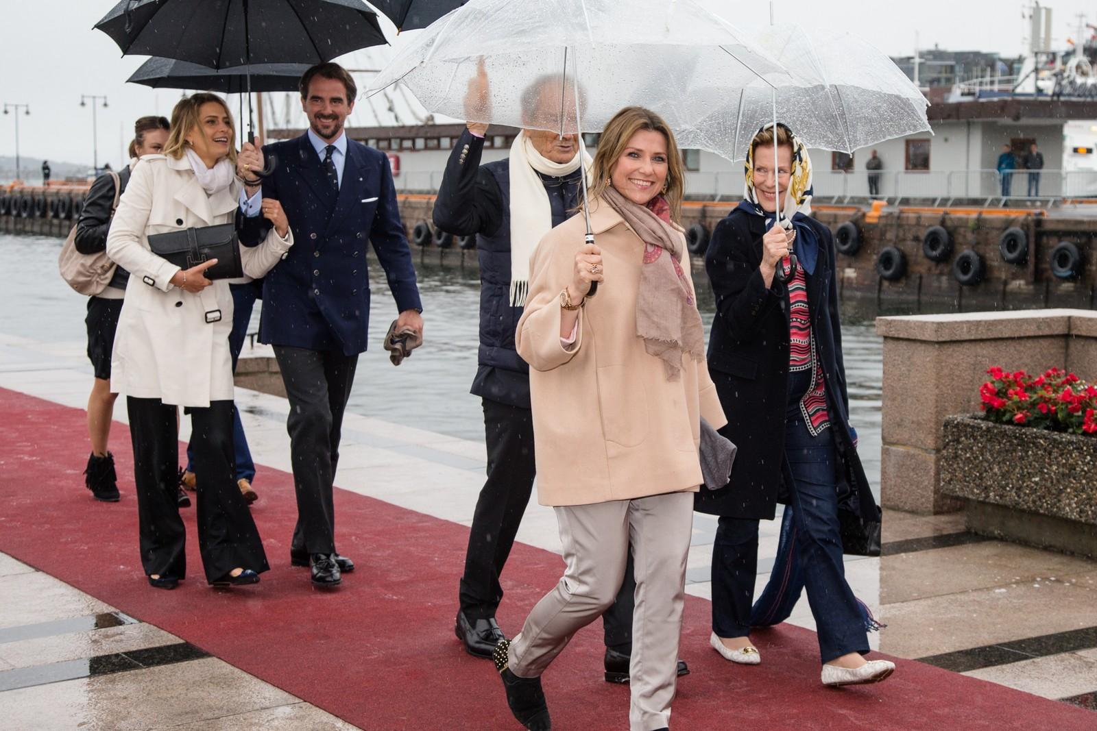 Prinsesse Tatianarins (f.v.) og prins Nikolaos fra Hellas og Prinsesse Märtha Louise ved ankomst på Honnørbrygga i Oslo etter lunsj på Kongeskipet Norge onsdag.