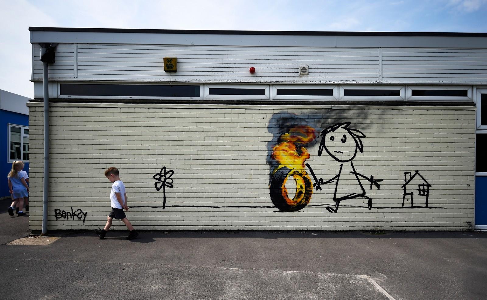 Banksy står bak denne gatekunsten som er malt på veggen til Bridge Farm barneskole i Bristol i England.