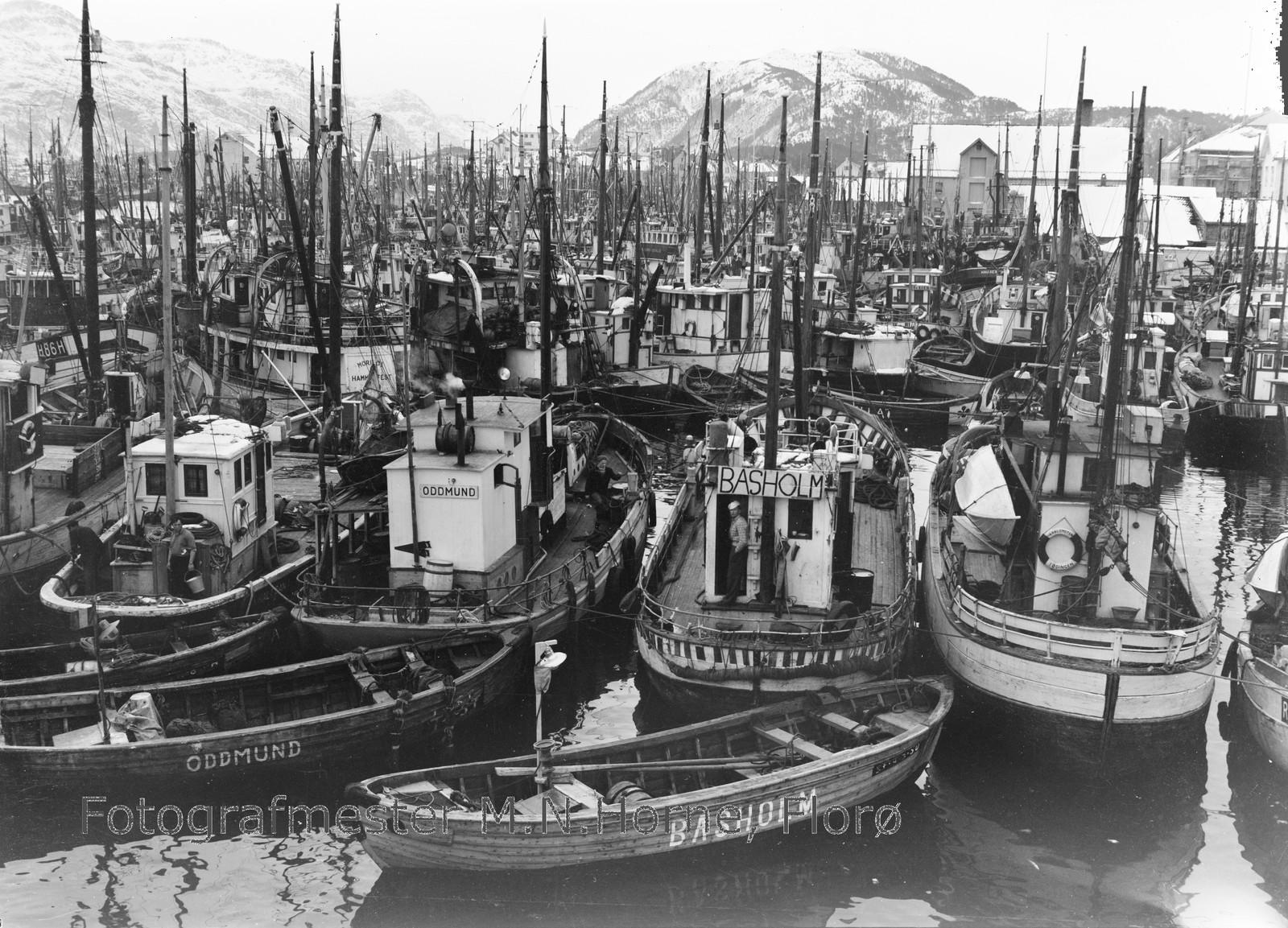 SILDAFISKE: Sildafisket i Førdefjorden og i Florø er godt dokumentert i samlinga. Her er fiskeflåten i hamn ein gong på 50- eller 60-talet.