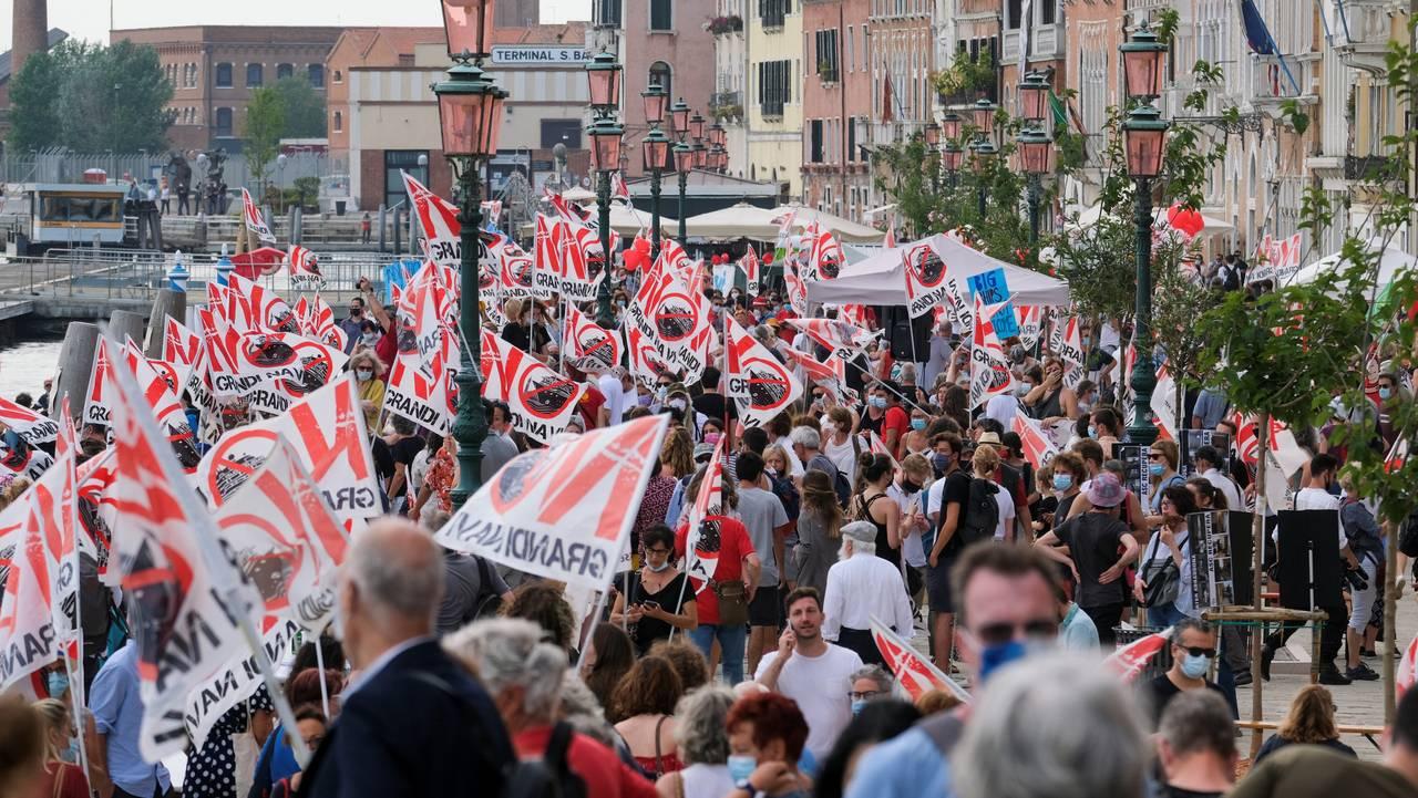 Folk i Venezia protesterer mot cruiseskip