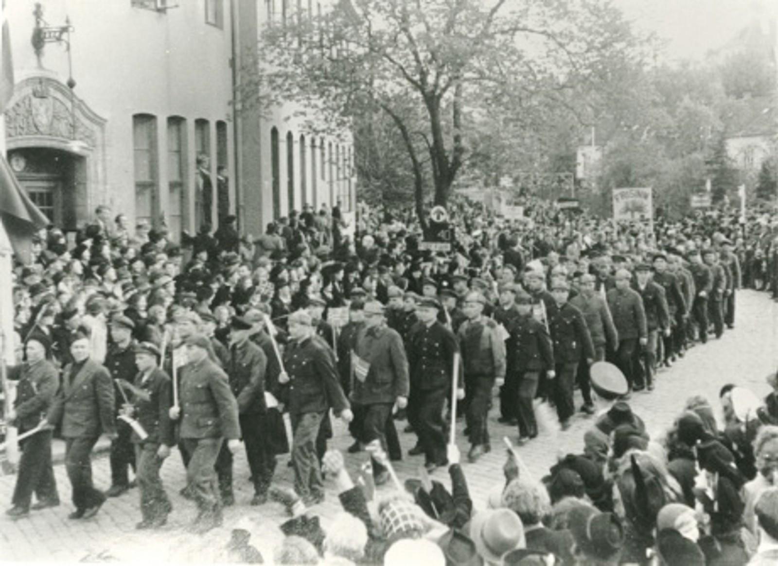 Russiske krigsfanger marsjerer etter frigjøringen gjennom Stavanger med norske flagg.