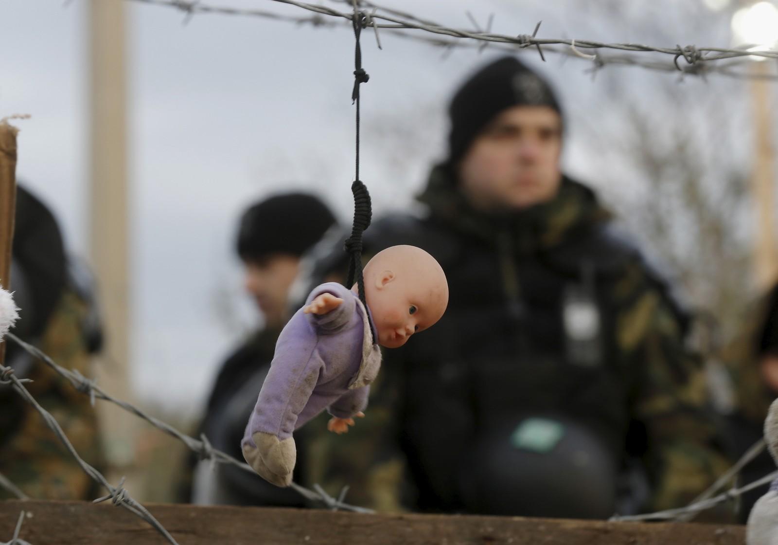 En dukke henger i en piggtråd nær grensen mellom Hellas og Makedonia. Den var også en del av flyktningdemonstrasjonen.