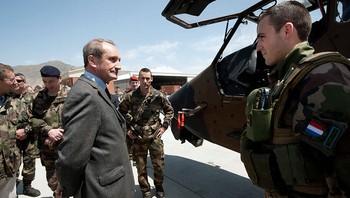 Frankrikes forsvarsminister Gérard Longuet (foran t.v) møter franske styrker i Kabul