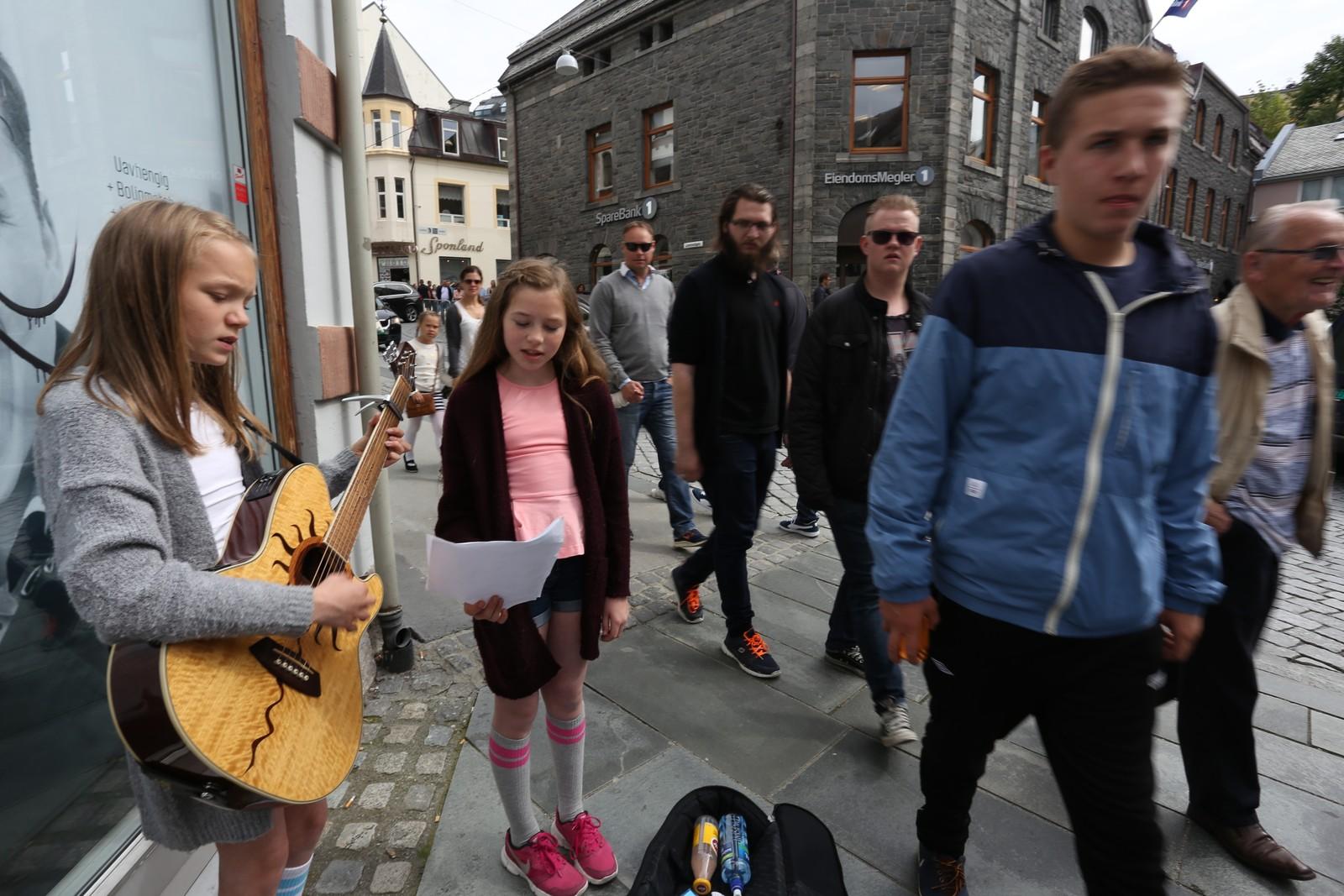 GATEMUSIKANTAR: Live Marie Hanken (12) og Maiken Bratlie Vadseth (11), begge busett i Ålesund, spelar på gata.