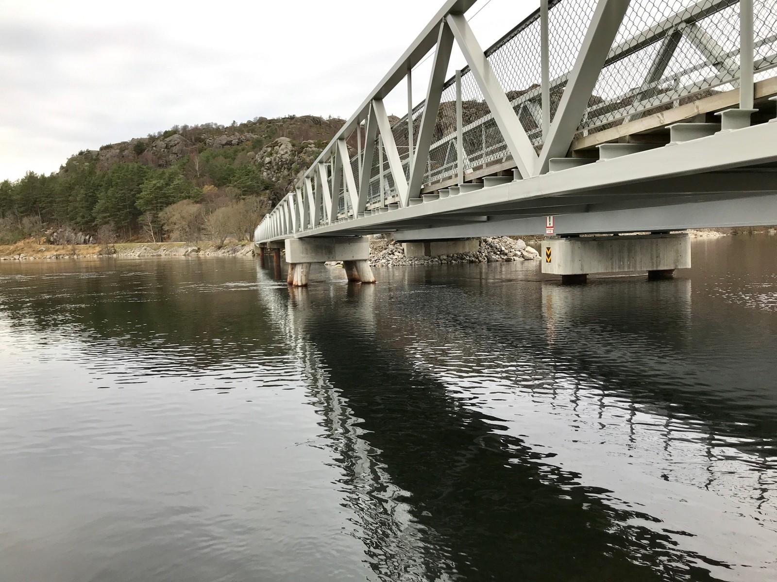 Jernbanebrua fikk store skader i flommen som kom etter stormen «Synne» for snart to år siden.