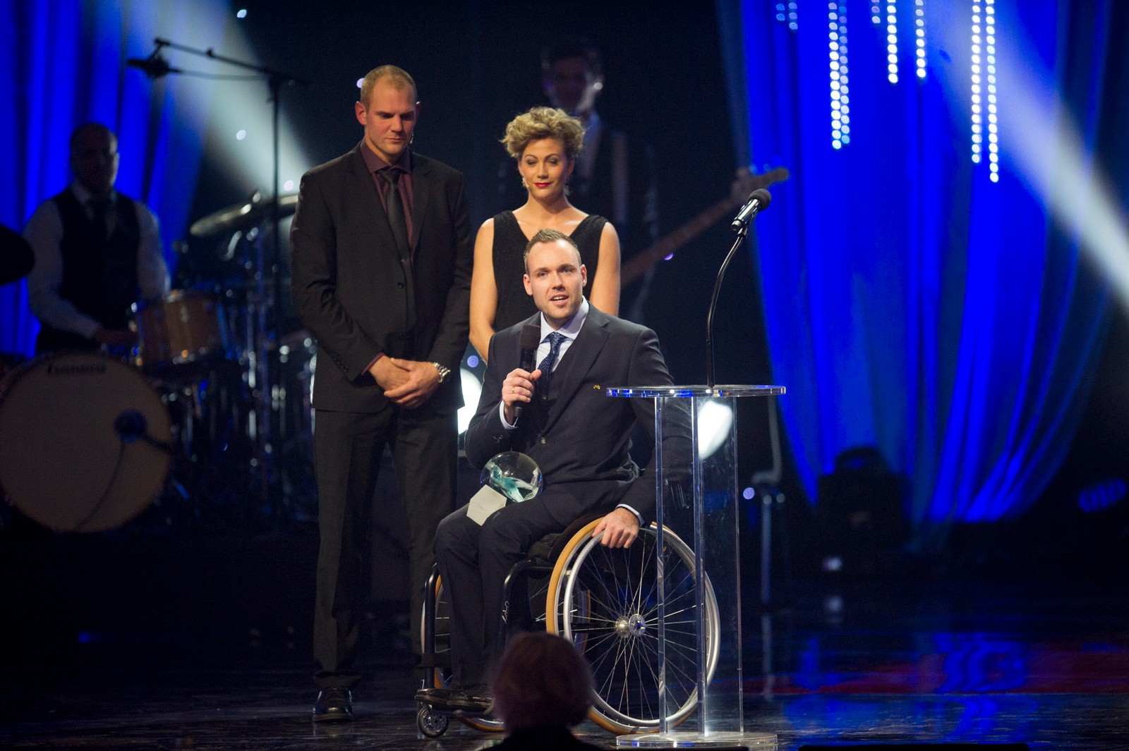 Bordtennisspiller Tommy Urhaug mottok prisen for «Årets mannlige funksjonshemmede utøver» fra roer Olaf Tufte og friidrettsutøver Isabelle Pedersen.