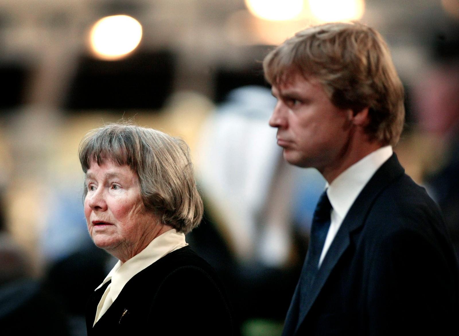Enka Lisbeth Palme sammen med parets sønn, Joakim under en minnestund for Olof 19. september 2003.