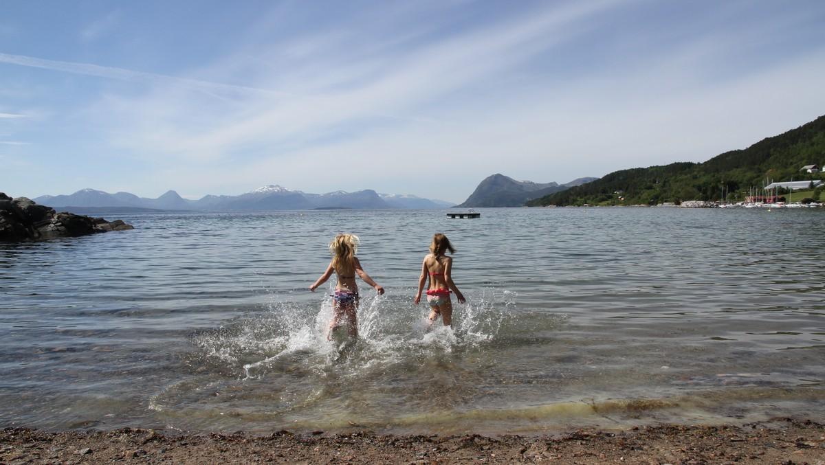 HOPP I DET: På fredag er det gode moglegheiter for å ta seg eit bad sør i Noreg.