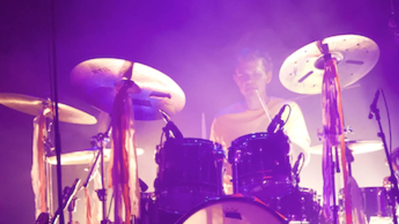 Trommeslager badet i rosa lys