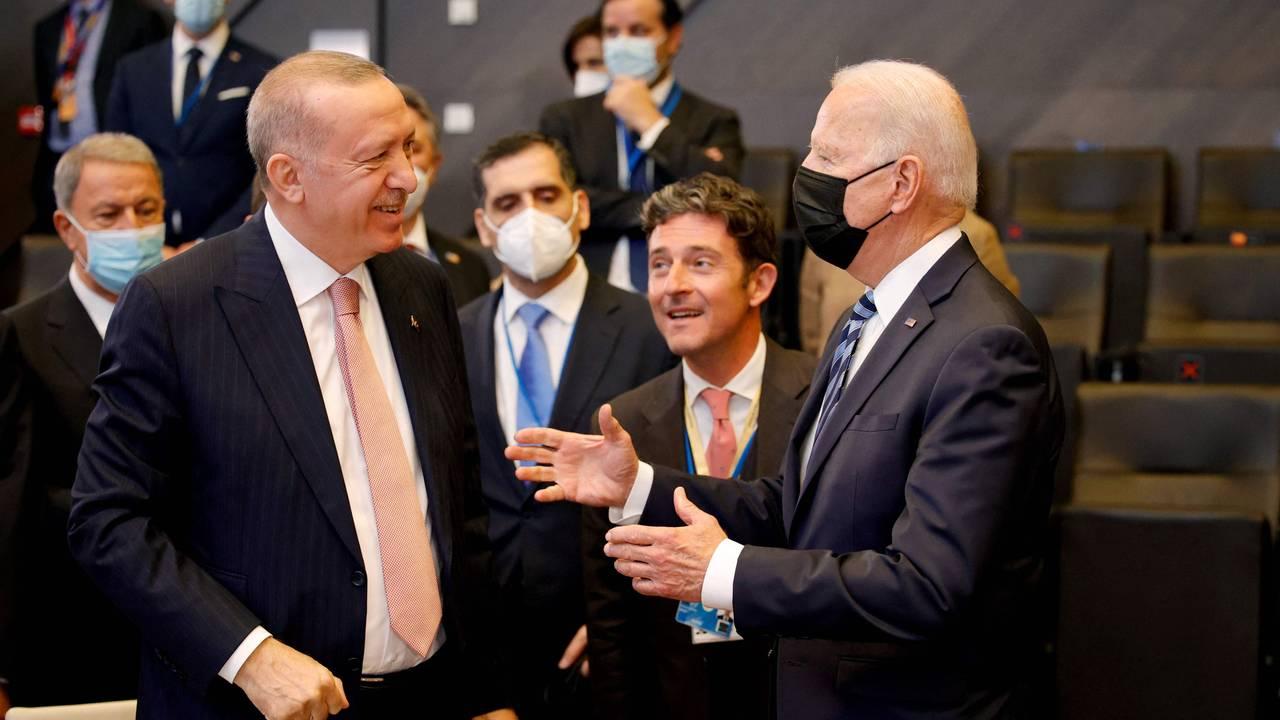 Tyrkias president Recep Tayyip Erdogan og USAs president Joe Biden i samtale.