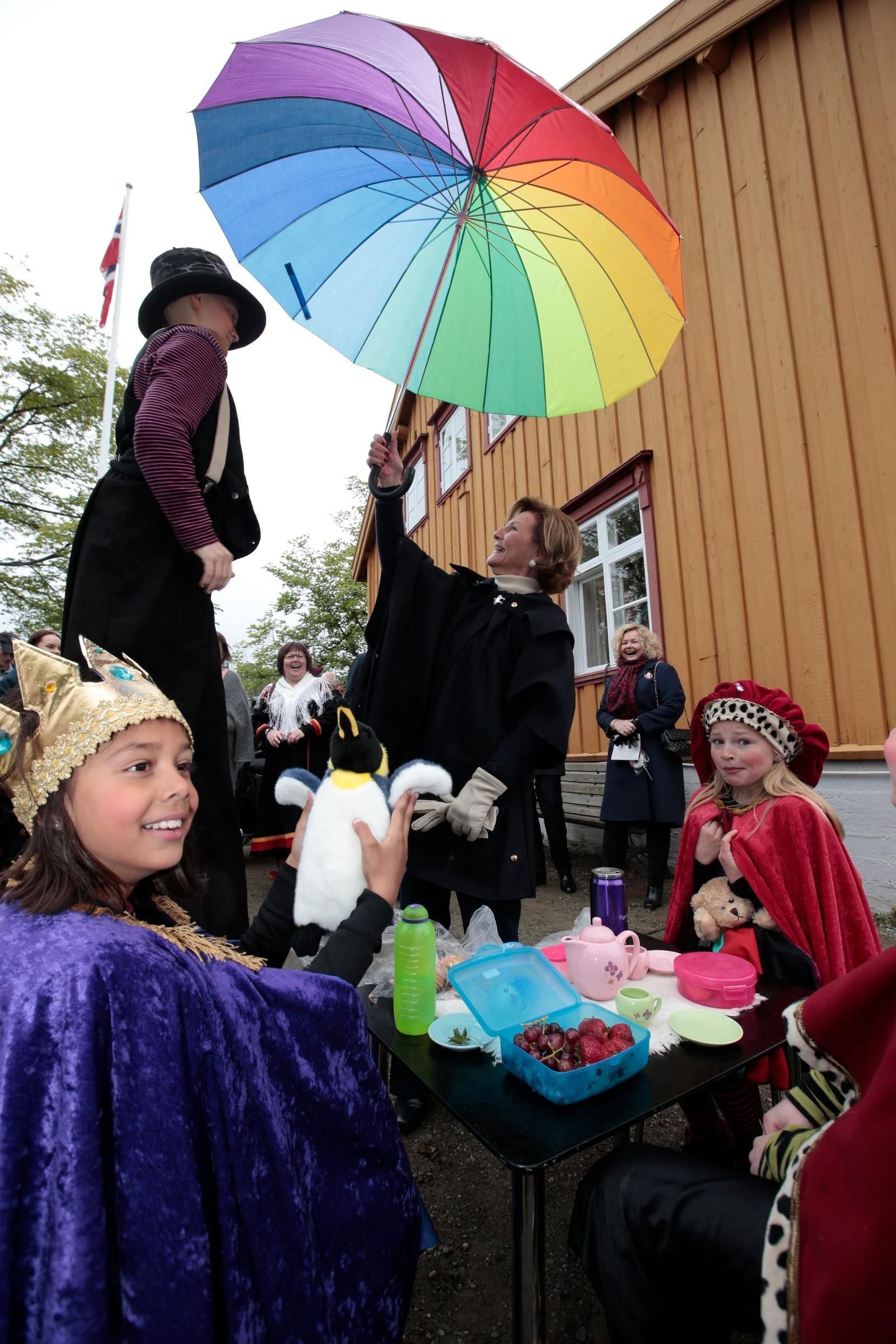 Kong Harald og dronning Sonja starter jubileumsreisen med besøk til Tromsø lørdag. Reisen inngår som en del av markeringen av Kongeparets 25-årsjubileum.  Jubileumsreisen innledes med kongeparets hagefest for 300 inviterte gjester på 'Skansen» i Tromsø. Foto: Lise Åserud / NTB scanpix