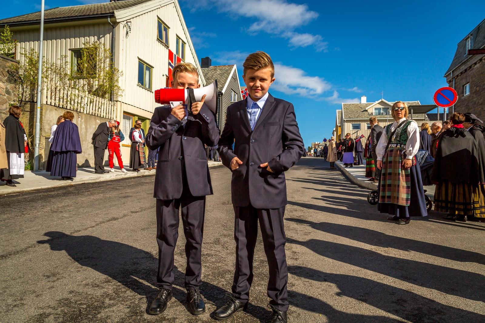 Mathias Leander og Frants Snede er klar for å lage litt liv i barnetoget i Kristiansund.