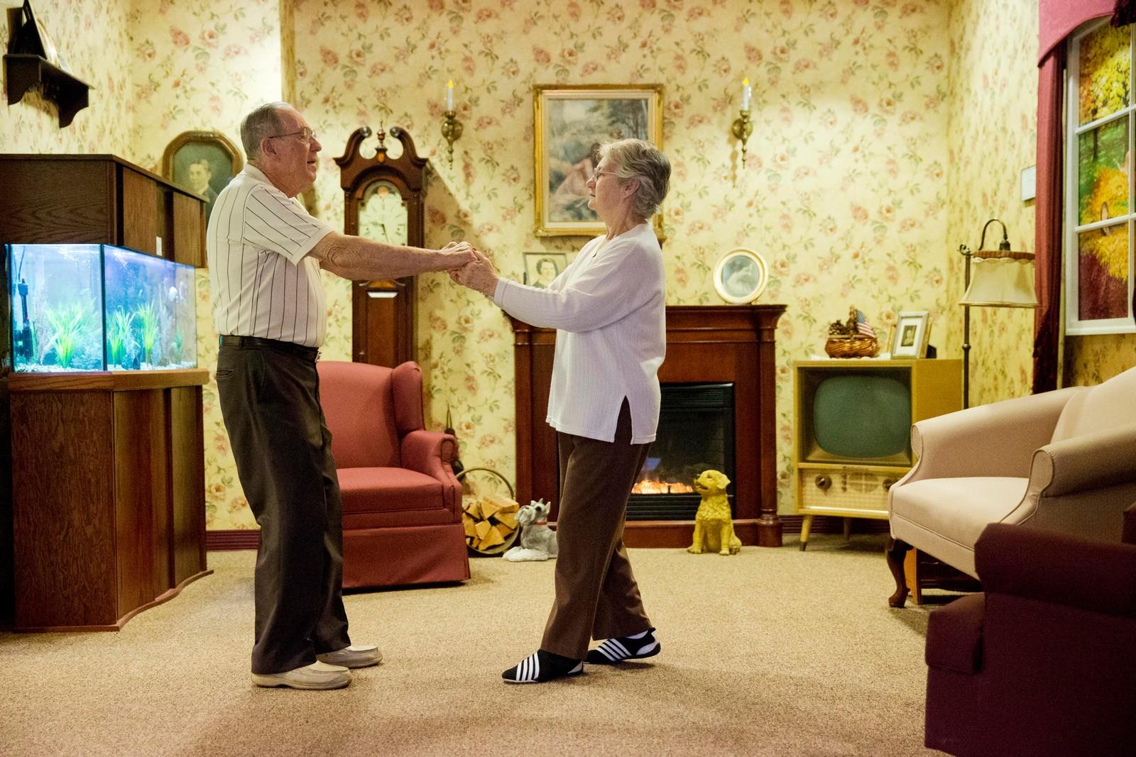 Decima Assise lider av Alzheimer. Her danser hun sammen med Harry Lomping til gammel musikk i et rom dekorert som på midten av forrige århundre. Det amerikanske pleiehjemmet Easton Home er kjent for sine tiltak som skal stimulere hukommelsen til demente pasienter.