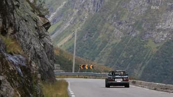 Søndag køyrde 100 Triumph-bilar over Gaularfjellet til Balestrand og ærverdige Kviknes hotel.