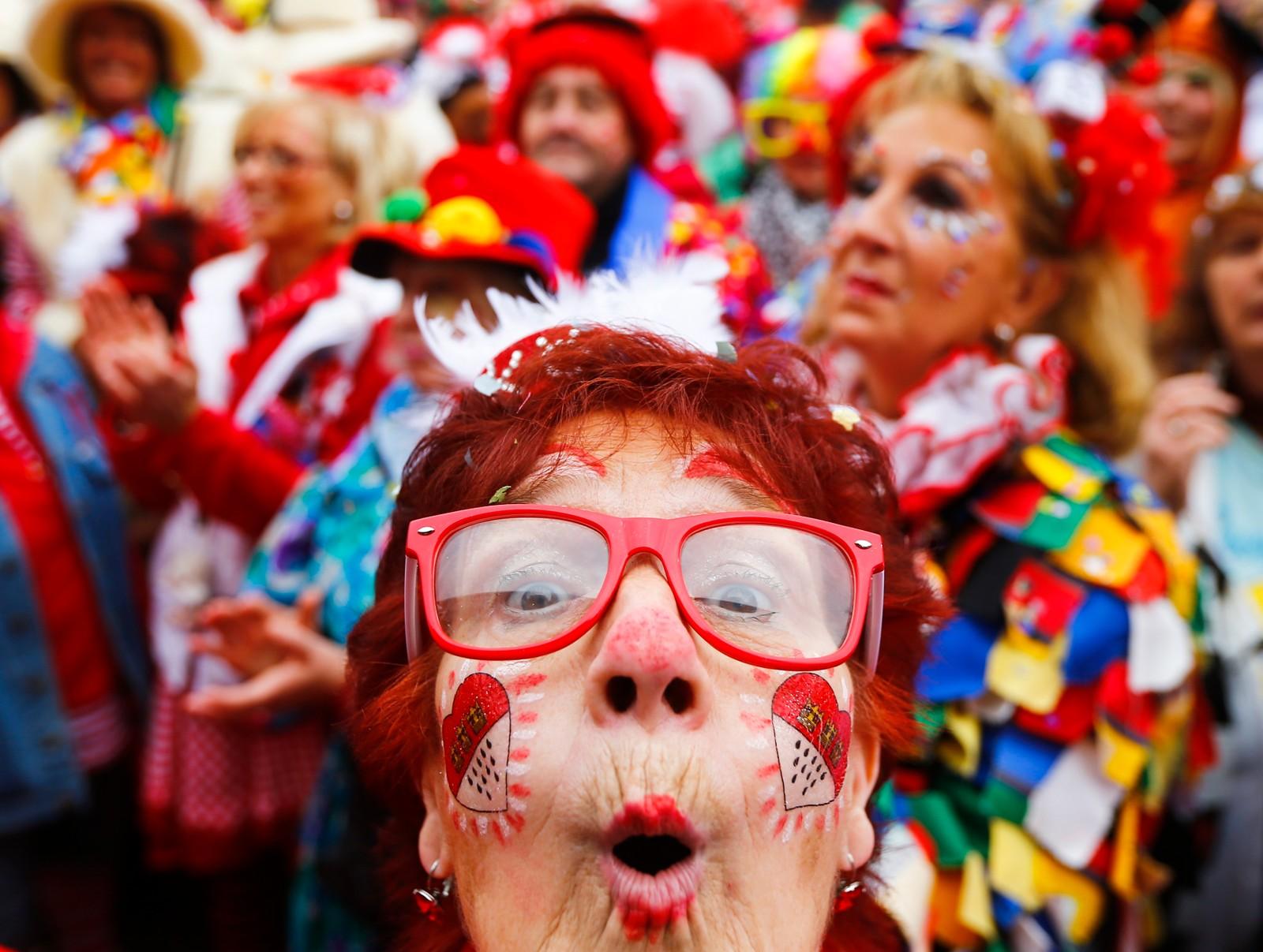 Karneval-sesongen er i gang i Tyskland. Her fra en samling i gatene i Köln. Mange steder i Tyskland ble den offisielle starten på ablegøyene markert 11.11.2015 klokken 11.11.