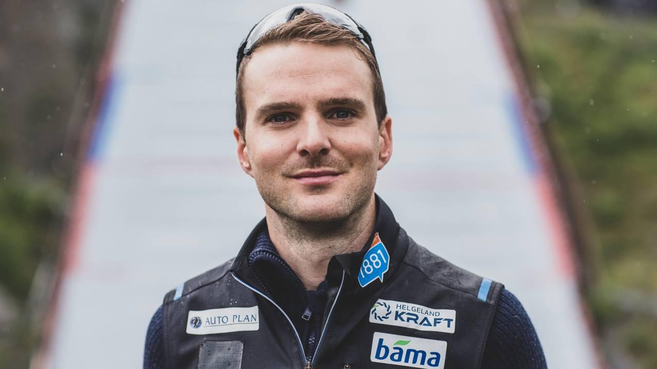 Jørgen Graabak uten solbriller foran hoppbakken i Granåsen.