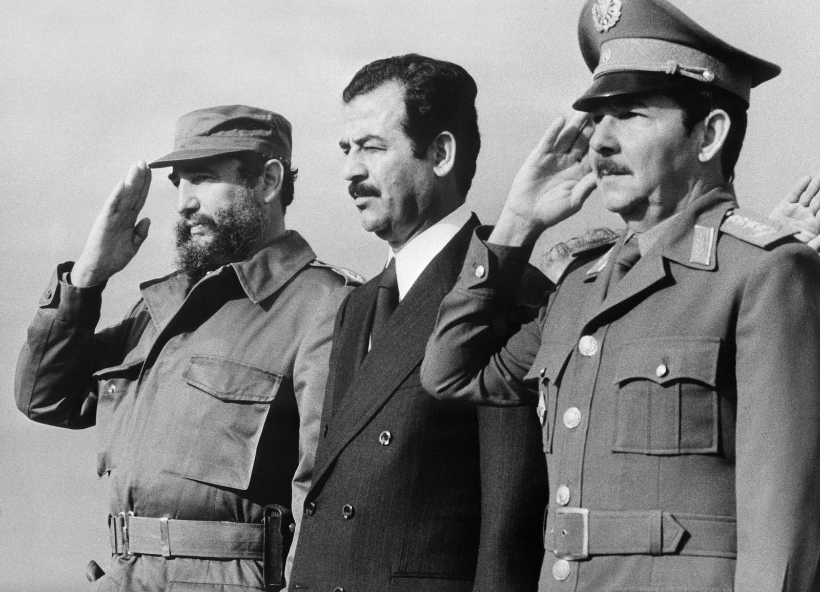 Fidel Castro, som var blitt både statsminister og president, og Raul Castro, som var forsvarsminister, sammen med Iraks daværende visepresident Saddam Hussein i januar 1979 under hans statsbesøk til Cuba.