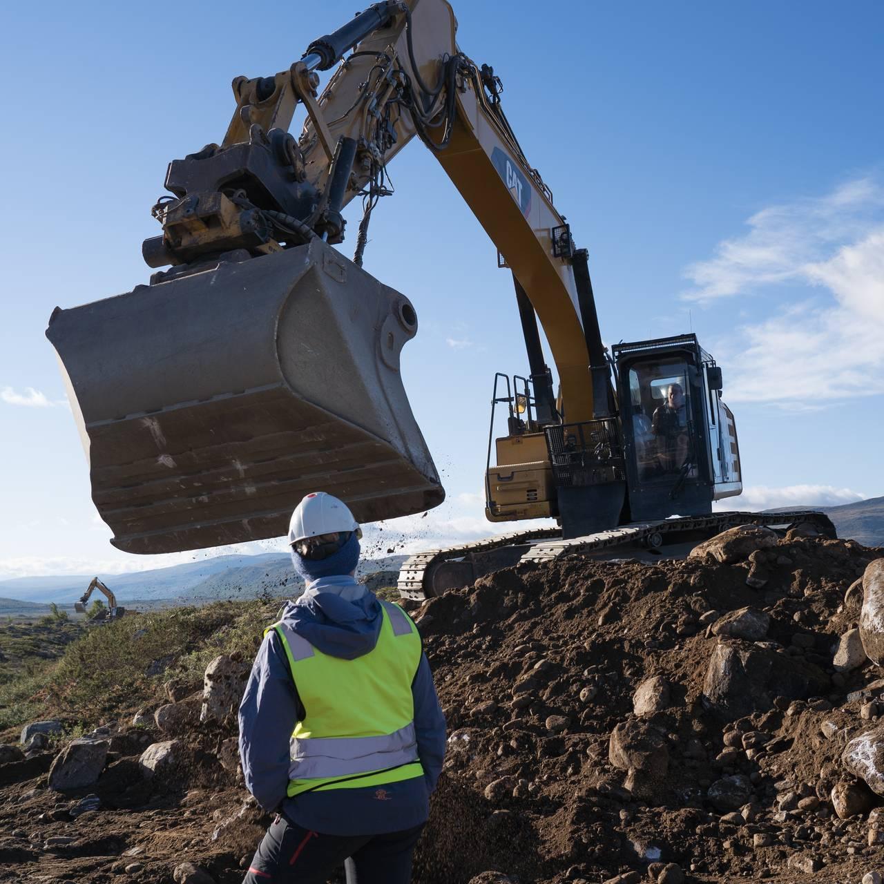 Dagmar Hagen og gravemaskin på Hjerkinn