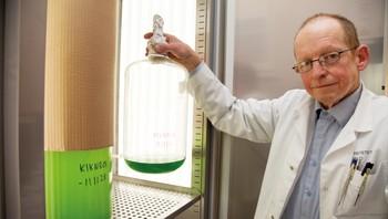 Professor Dag Klaveness med urmikroben Collodictyon