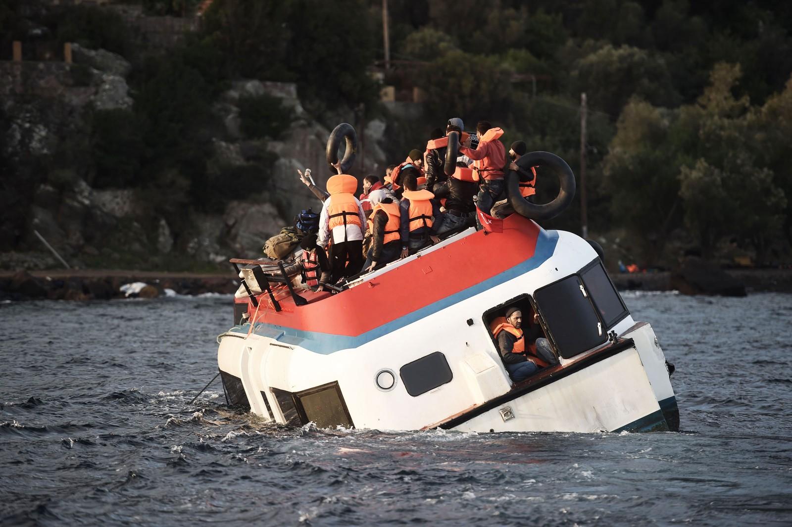 Flyktninger roper om hjelp mens båten deres synker utenfor kysten av Lesvos 30. oktober 2015.