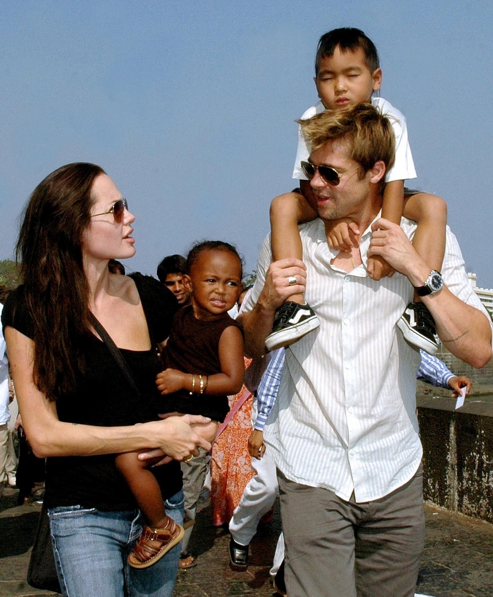 UNHRC-ambassadør Angelina Jolie sammen med datteren Zahara og Brad Pitt med Jolies sønn Maddox i Mumbai India i 2006.