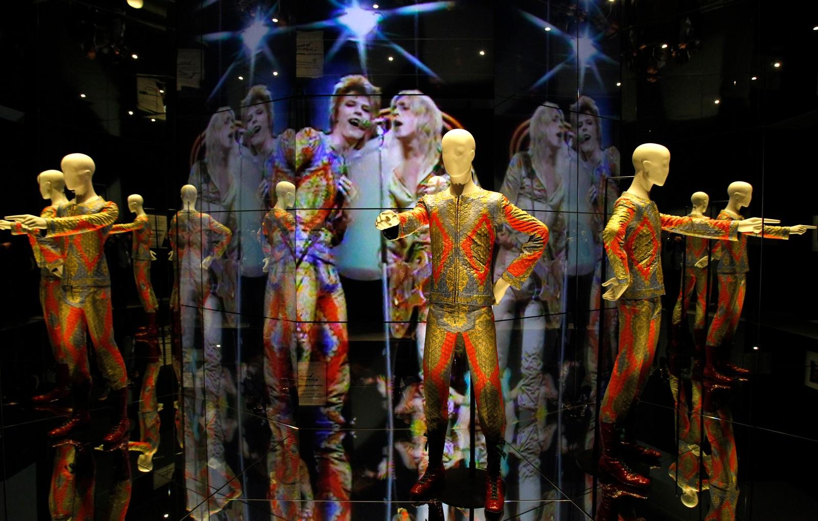 Sceneantrekket til David Bowies mest kjente alter ego, romvesenet Ziggy Stardust, utstilt i en speilsal.