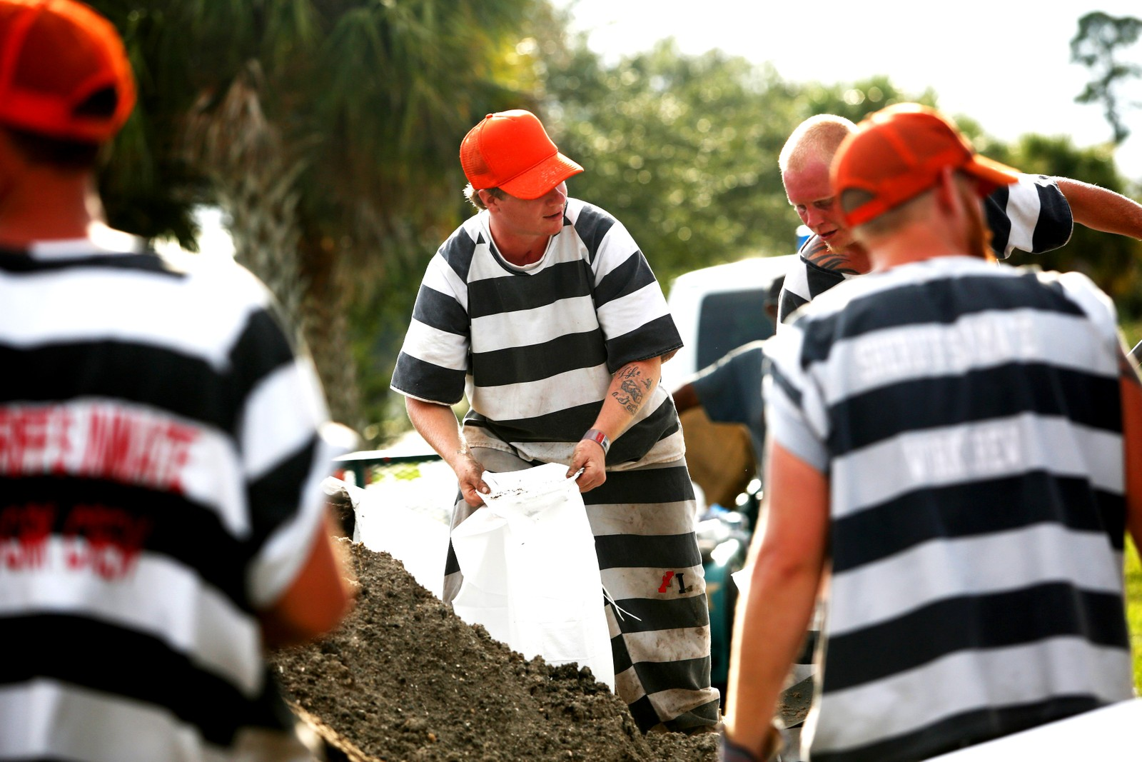 Innsatte fra fengselet Brevard County fyller opp sandsekker for å hjelpe innbyggere på Merritt Island i Florida til å forberede seg på orkanen Irma.
