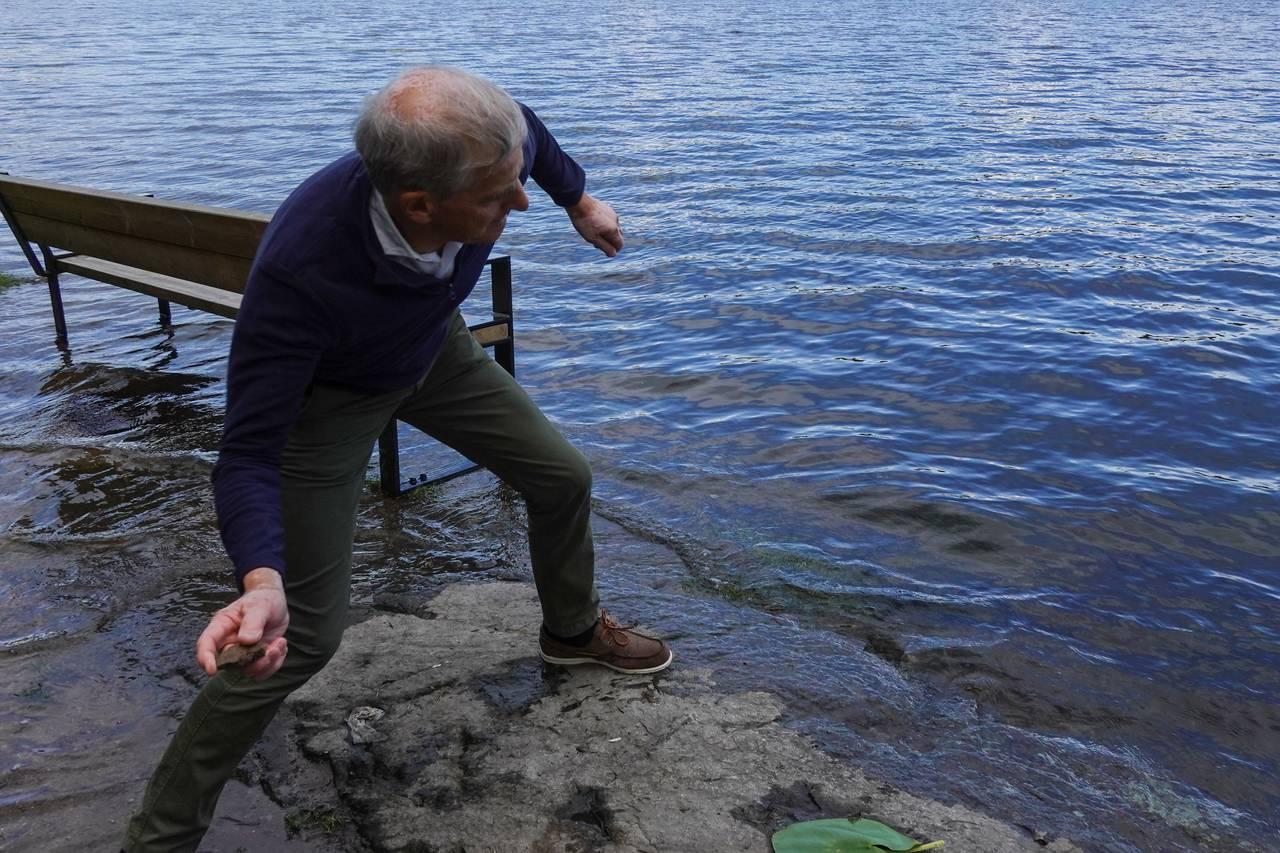 Ap-leder Jonas Gahr Støre kaster fiskesprett ved Sognsvann i Oslo.
