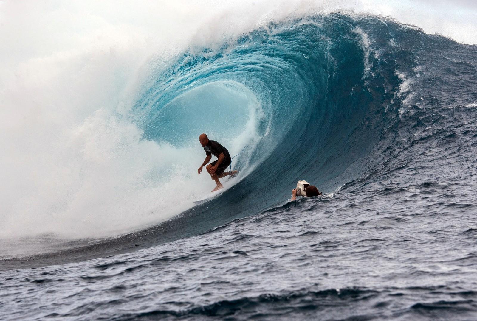 Den legendariske surferen Kelly Slater blir iaktatt av en kameramann under en konkurranse i Tahiti.