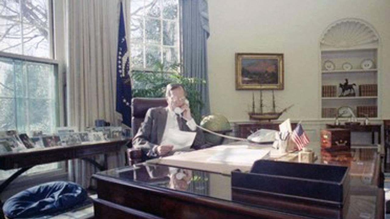 President George H.W. Bush ved pulten i Det ovale kontor i januar 1991.
