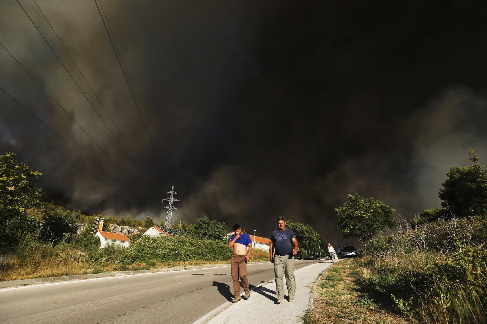 beboere blir evakuert fra husene sine i Mravinc utenfor Split i Kroatia.