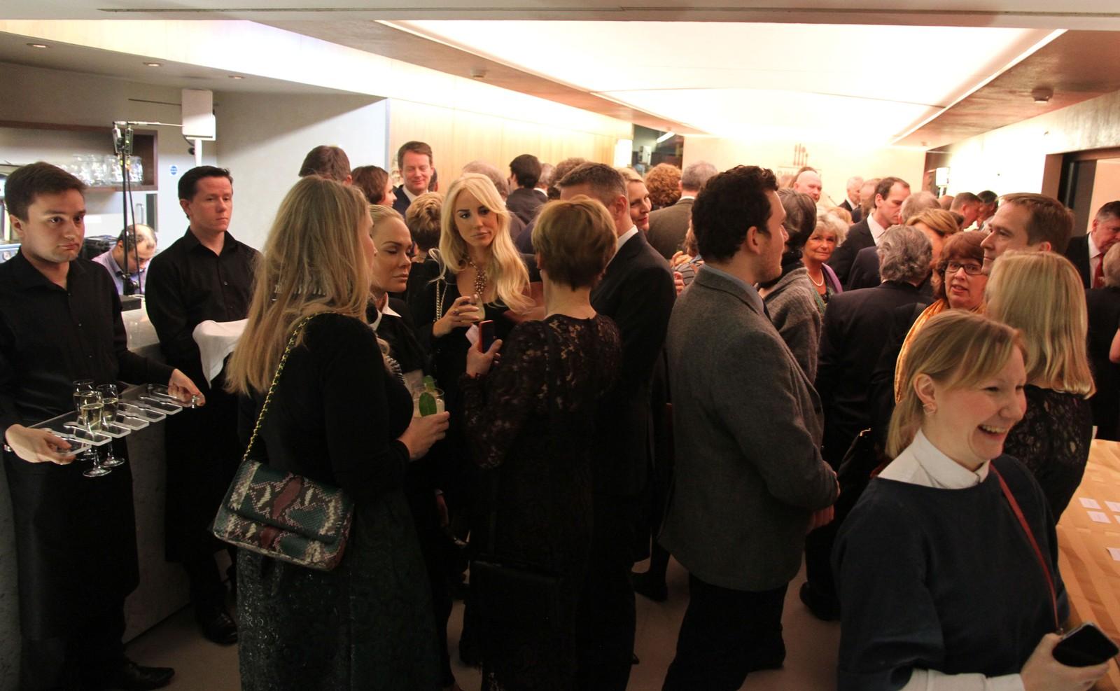 God stemning blant dei mange spesielt inviterte gjestene under den lukka opninga av Astrup-utstillinga.