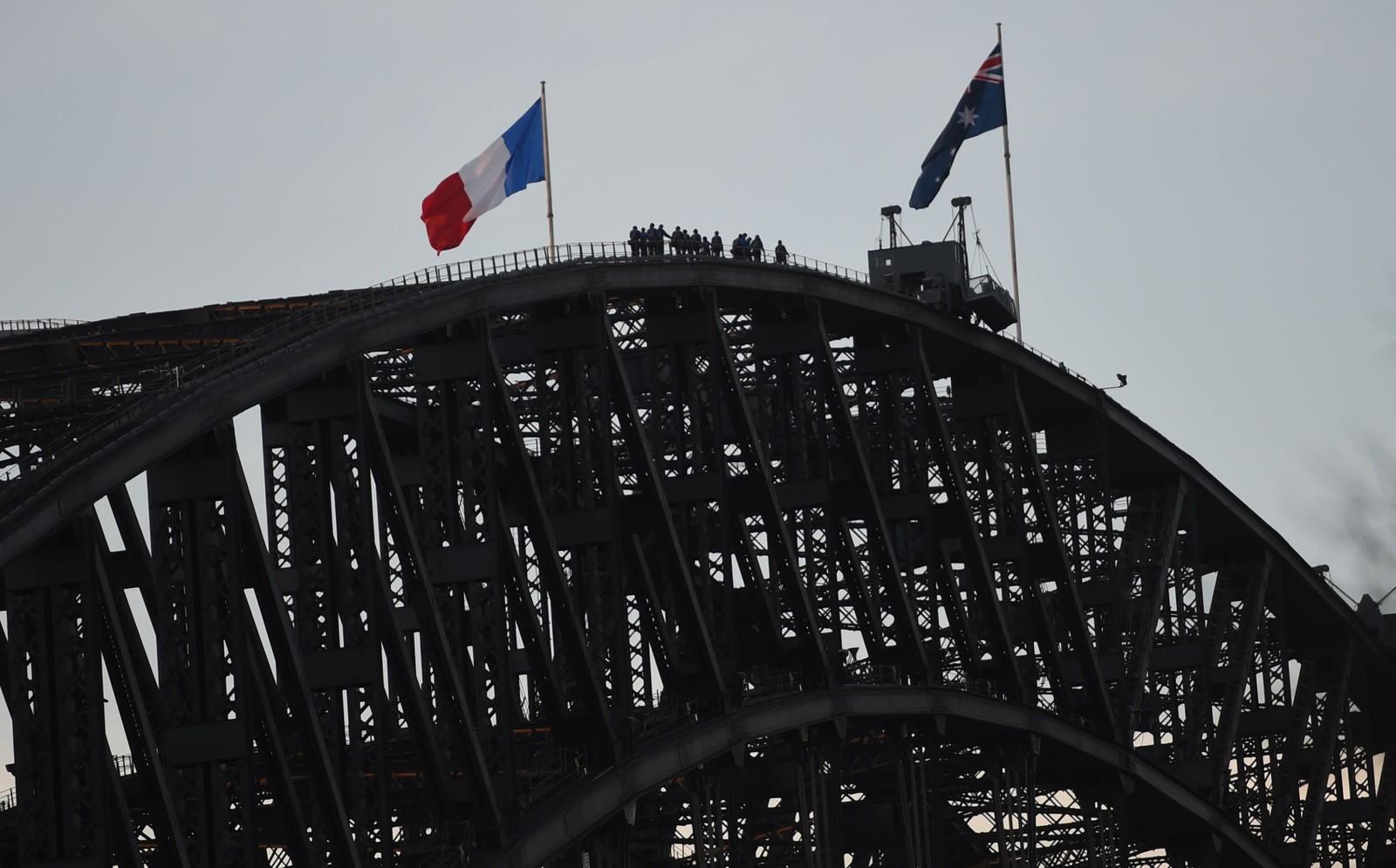 Sydney Harbour Bridge er pyntet med franske flagg for å vise sin støtte til Frankrike etter nok et terrorangrep.