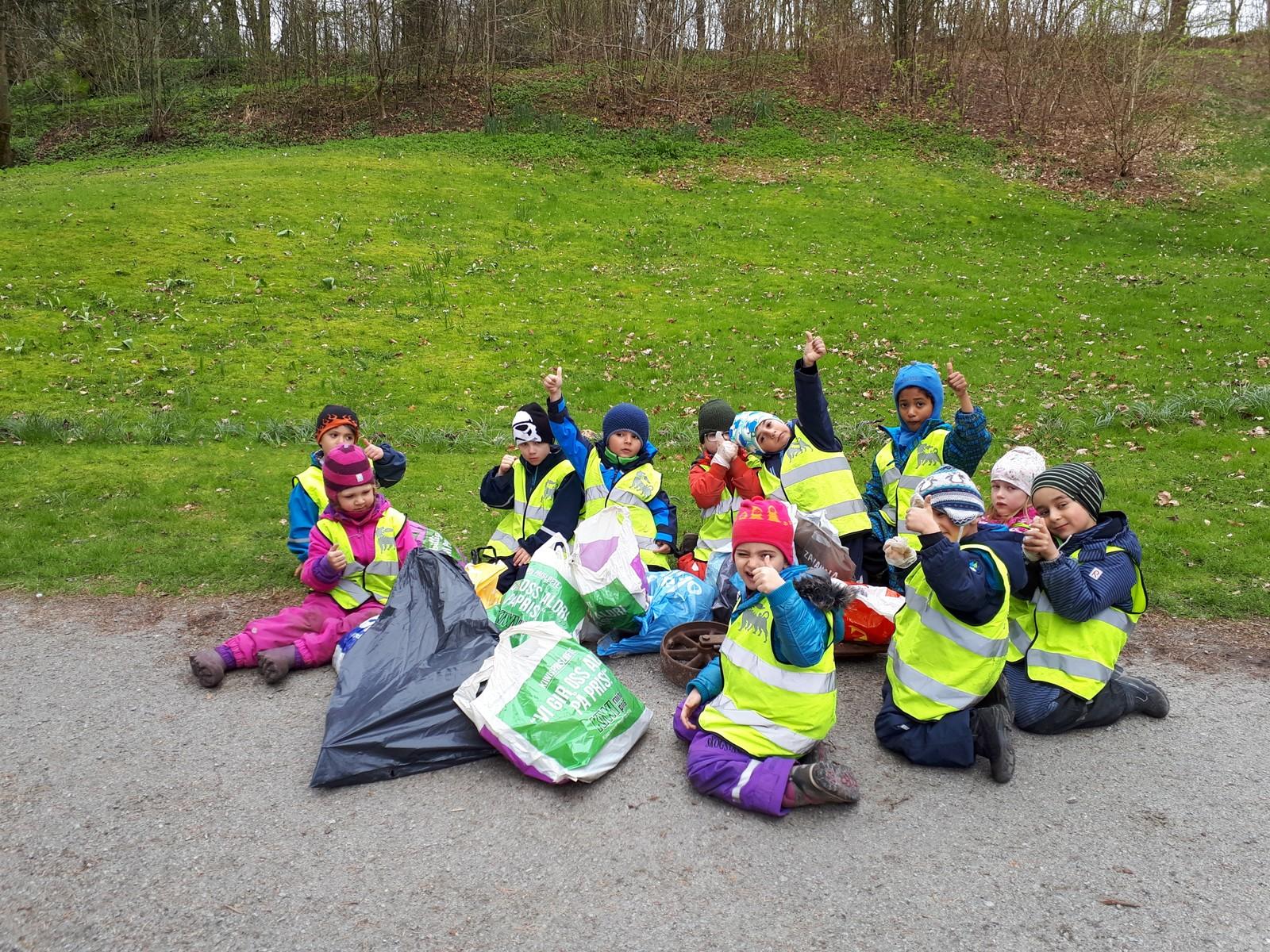Myrsnipa barnehage er med på Hele Rogaland rydder. Tidligere i år har vi ryddet i Melshei, Sørmarka g på Vaulen. Barna er opptatt av at dyr, fugler, hvaler og fisk kan skade seg eller dø av søppel. I dag plukket vi masse søppel i Sandvedparken, skriver Bertha S. Larsen.