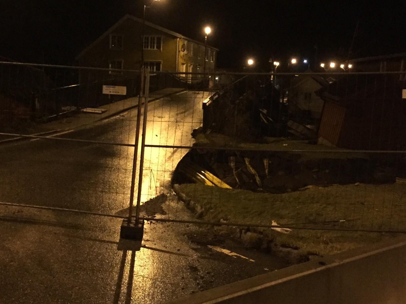 Den 200 år gamle brua i Kvinesdal har rast i flommen og veien er stengt.