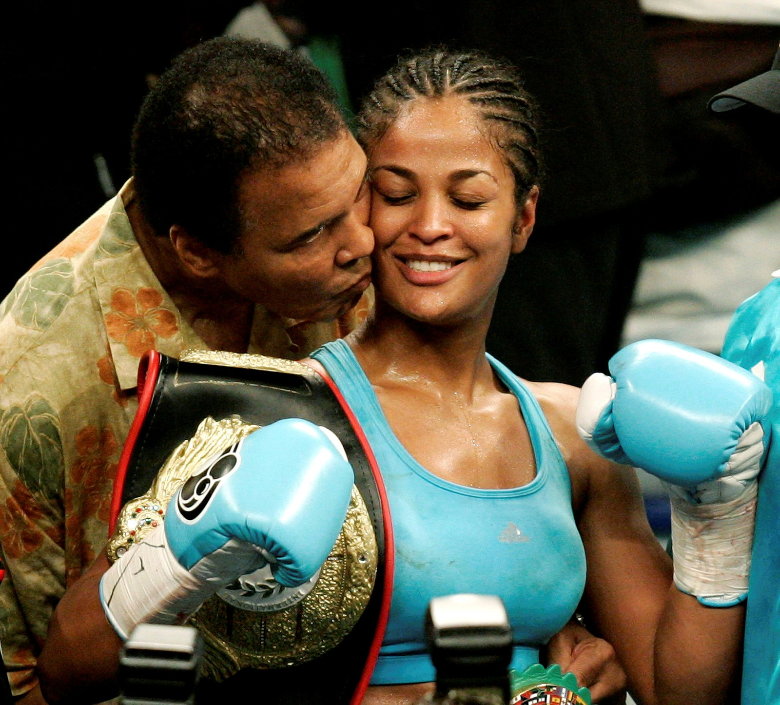 WBC og WIBA super mellomvektsmester Laila Ali kysses av sin far, Muhammad Ali, ved MCI Center i Washington 11. juni 2005.