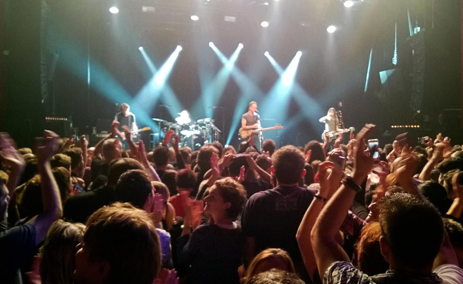 Rockestjernen Sting opptrådte lørdag kveld på konsertscenen Bataclan i Paris der 90 mennesker ble drept for et år siden i et koordinert terrorangrep mot sju steder i den franske hovedstaden. I alt 130 mennesker ble drept.