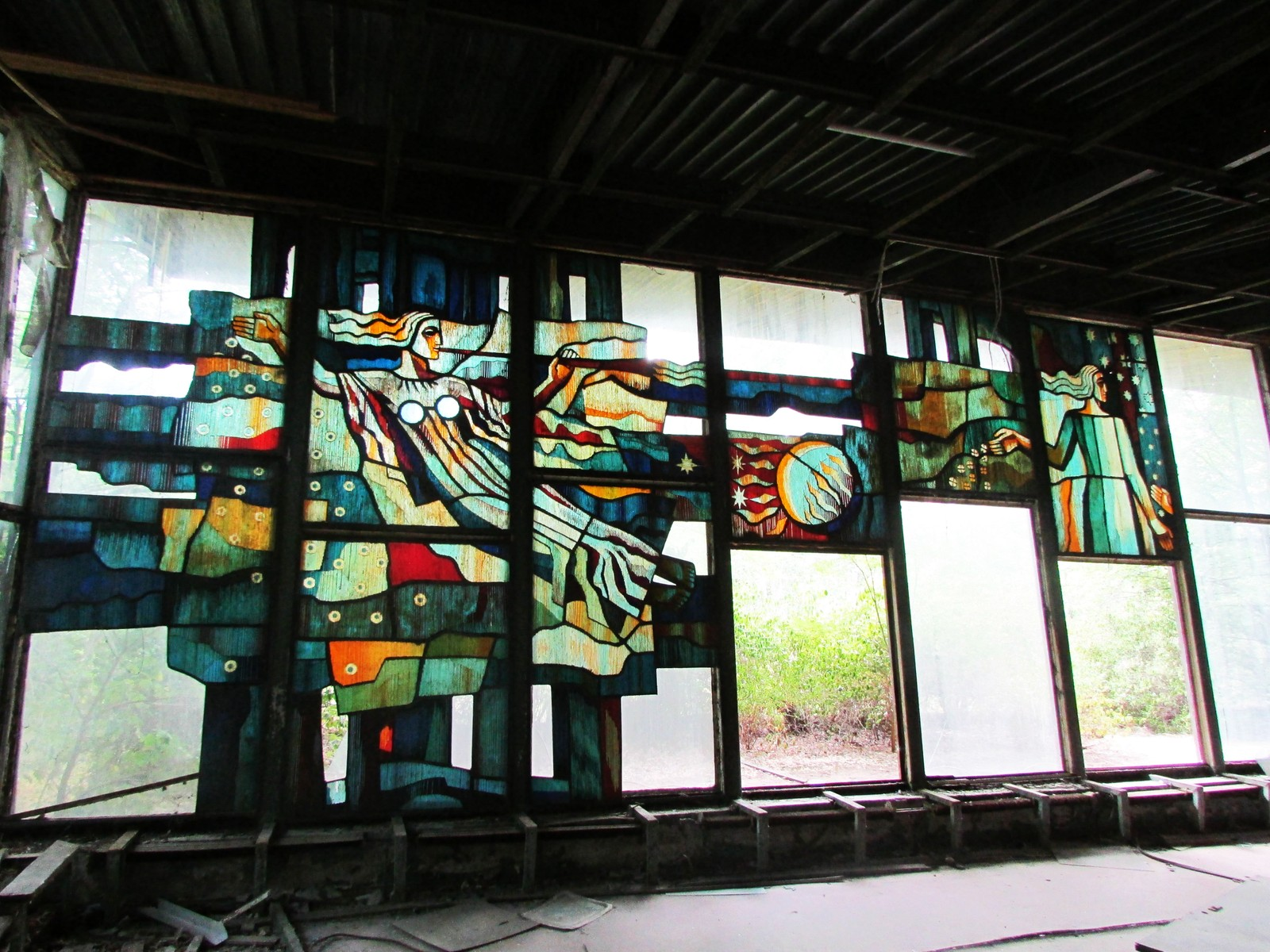 Glassmaleriene dekket hele veggene i Kafé Pripyats ene rom.
