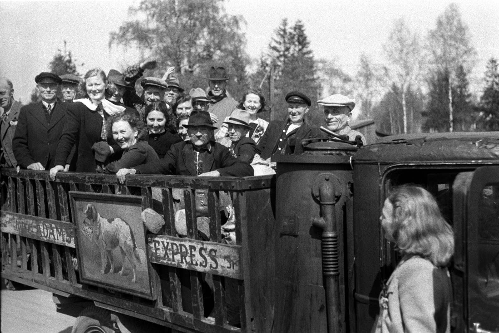 Frigitte Grini-fanger på lastebil for hjemtransport.
