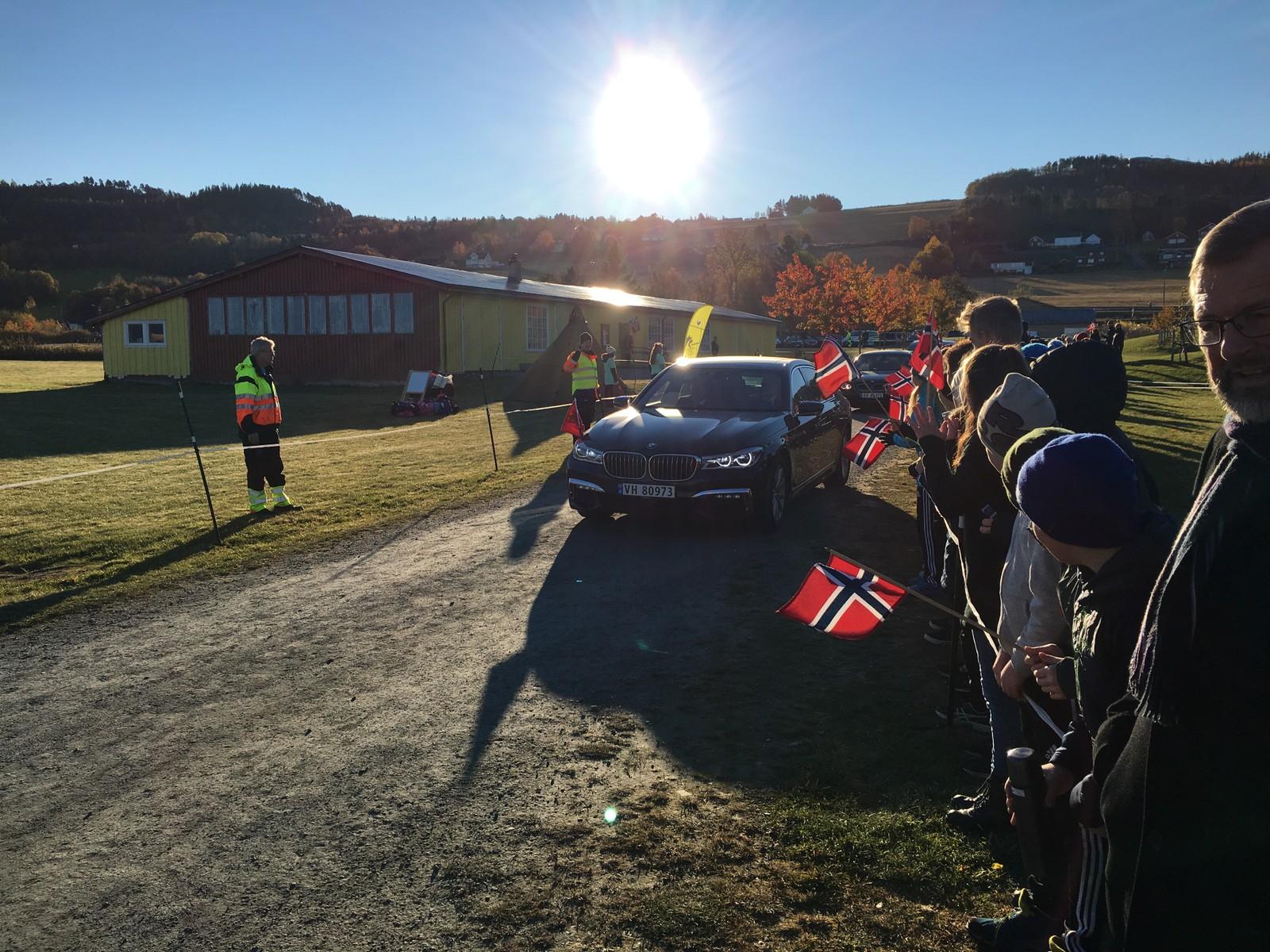 Kongen ble mottatt med flagg og korpsmusikk da han ankom Malvik.