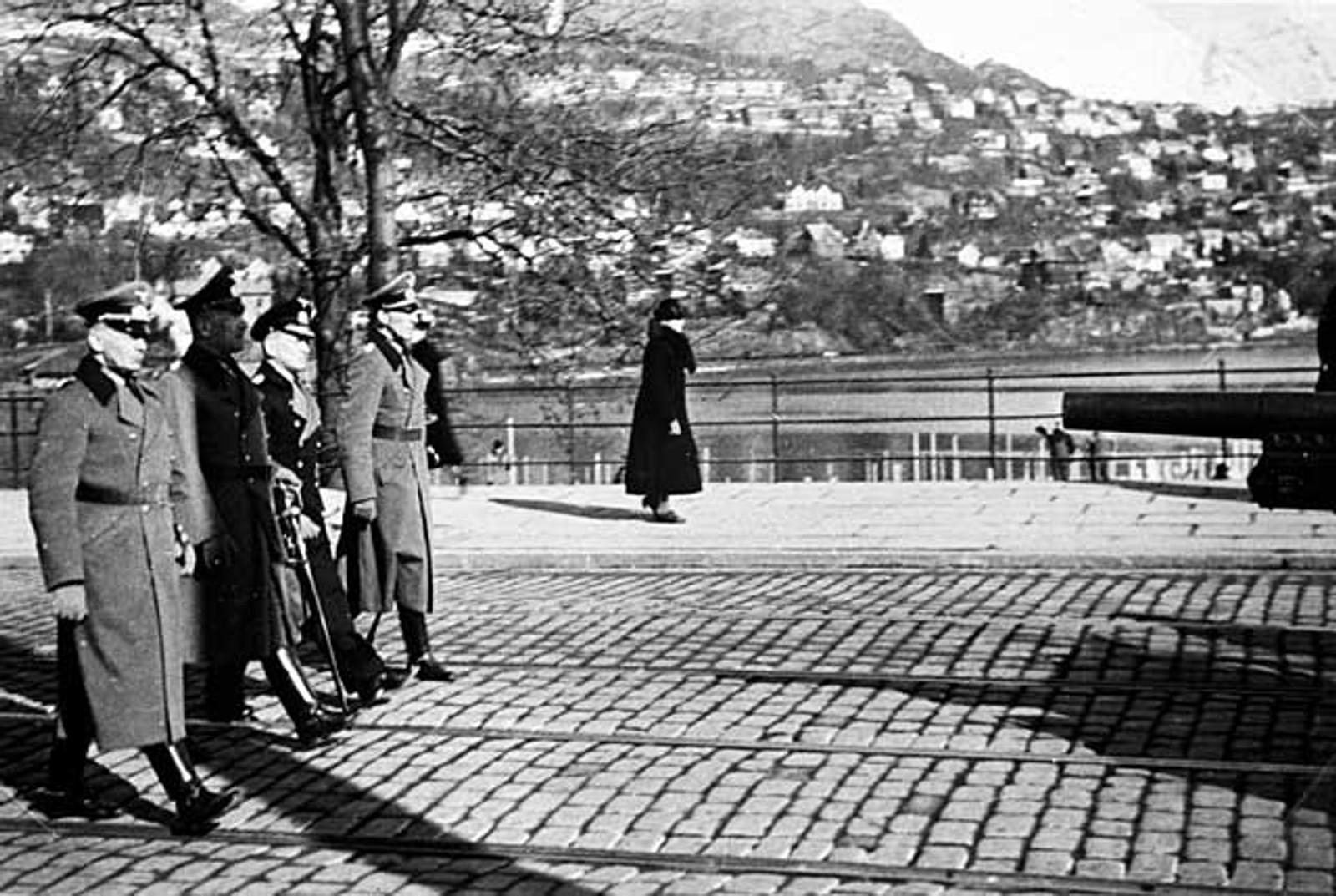 MINNESTUND: Tyske soldater holder minnestund over sine falne. Her marsjerer de forbi Storelungeren.