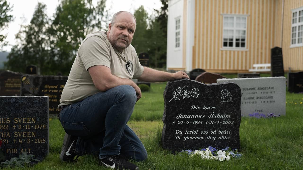 Roger Åsheim besøker grava til sønnen sin.