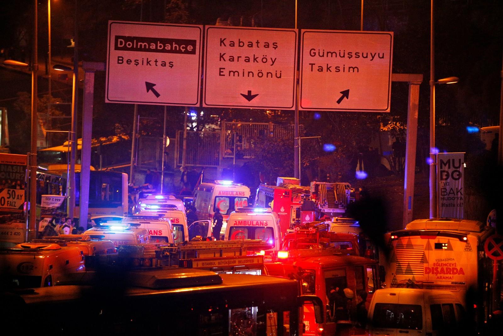 Ambulanser i stort antall ankommer åstedet for to eksplosjoner i sentrum av Istanbul lørdag kveld.