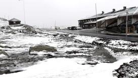 VINTER I JUNI: På Sognefjellet la snøen seg i vegbana, og folk bør vere varsame om dei skal køyre over høgfjellet tysdag.
