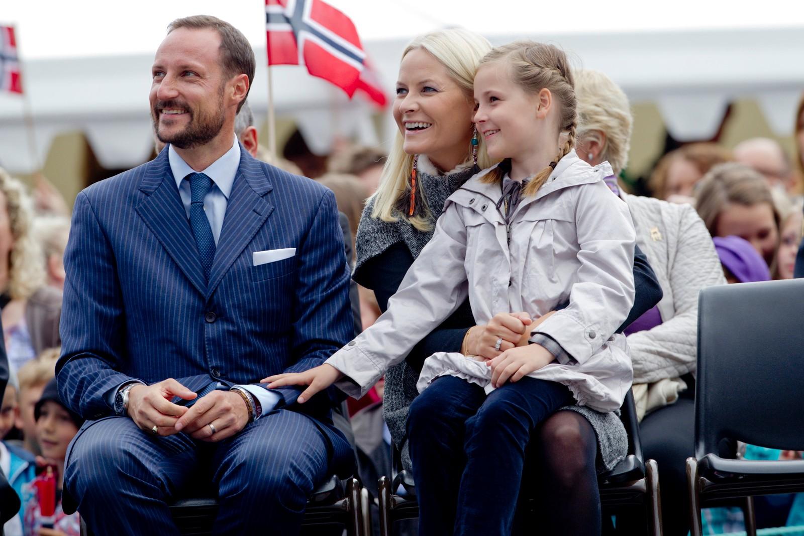 8 år: Det var skulestreik i 2012, så prinsesse Ingrid Alexandra fekk arbeidspraksis i staden. Ho blei med mor og far på fylkestur til Møre og Romsdal. Her i Fosnavåg.