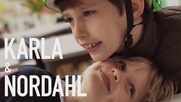 Karla er 6 år og har en storebror som heter Nordahl. Hvorfor tenker Karla at han både er storebroren og lillebroren hennes?     Vi får et innblikk i Karlas verden og hvordan det er for henne å ha storebror som er psykisk utviklingshemmet. Norsk dokumentar.