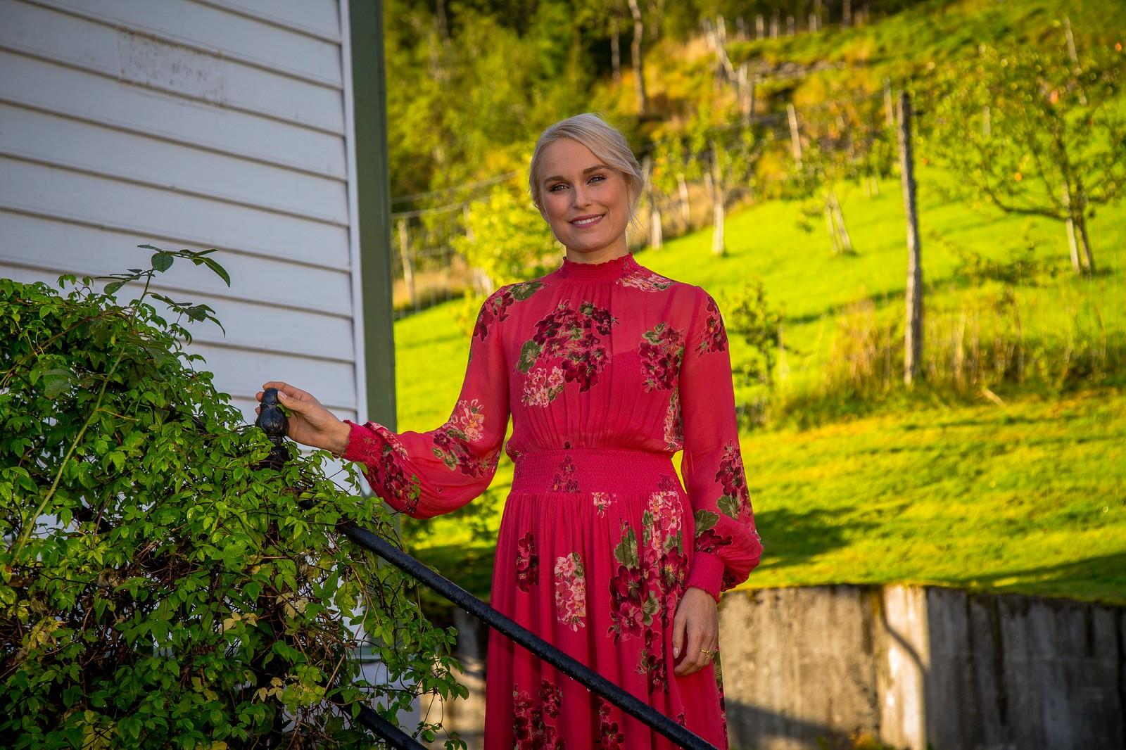 Eva Weel Skram poserer på trappa ved Åmot Operagard før innspelinga av TV-konserten.