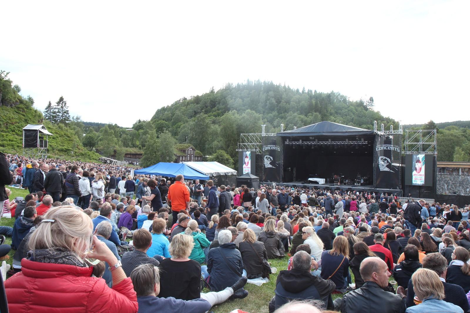 Publikum var ute i god tid før konserten.