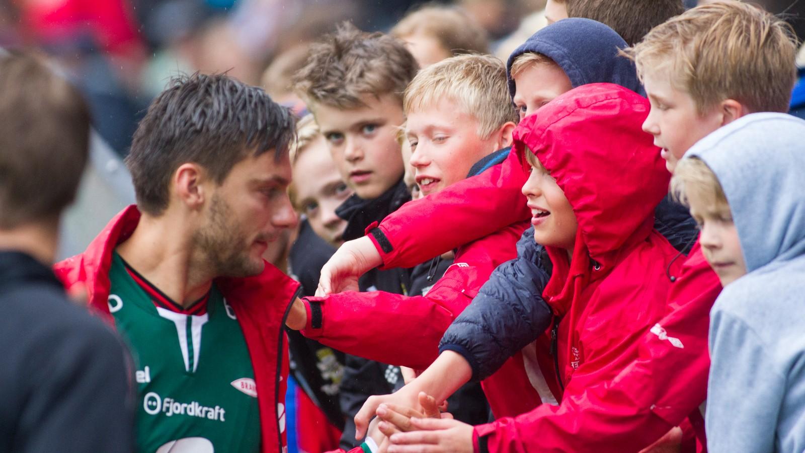 Mange små fotballspelarar fekk eit glimt og kanskje også ein autograf og eit bilete av sine heltar då Sogndal og Brann møttest til dyst under Lerum cup.